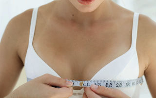 У кормящей женщины размер одной груди больше другой при ГВ: в чем причина