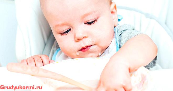 Ребенок изучает еду
