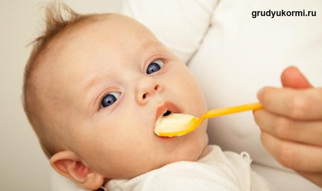 Кормление малыша с ложки
