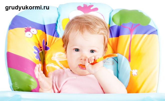 Малыш кушает сам из ложечки