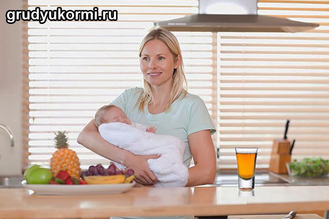 Мама с ребенком на руках на кухне