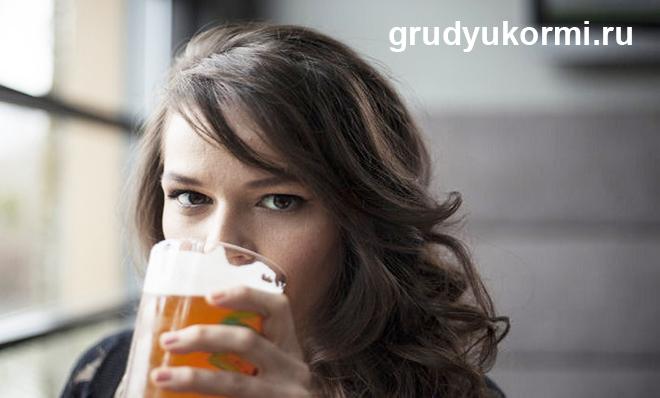 Девушка пьет пиво