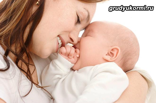 Мама и грудной ребенок улыбаются друг другу