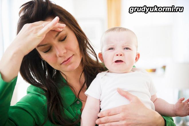 Уставшая молодая мама и грудной ребенок