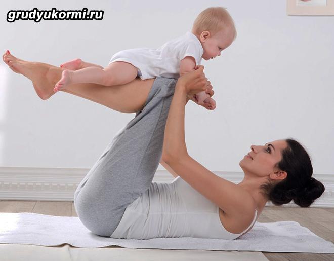 Молодая мамочка занимается спортом вместе с ребенком