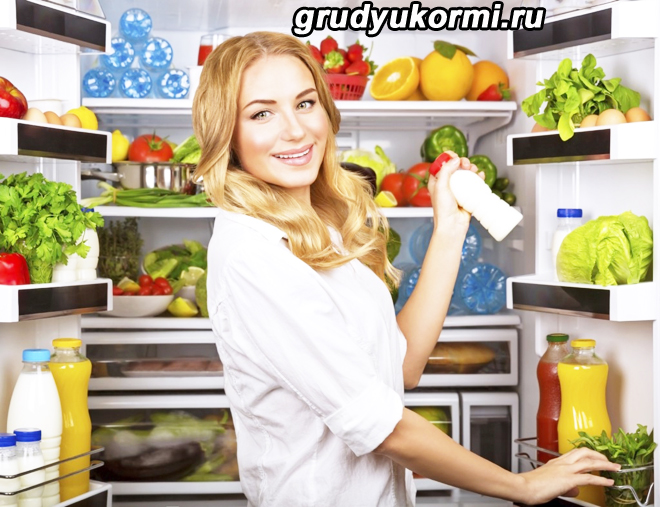 Девушка достает бутылочку кефира из холодильника