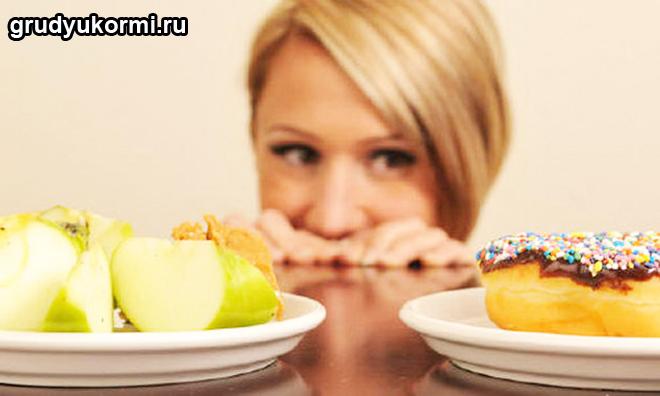 Девушка выбирает между яблоками и сладостями