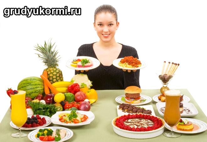 Женщина за полным едой столом