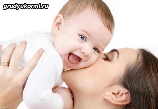 Мама целует радостного ребенка