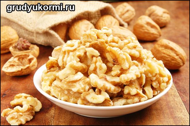 Грецкие орехи на тарелке