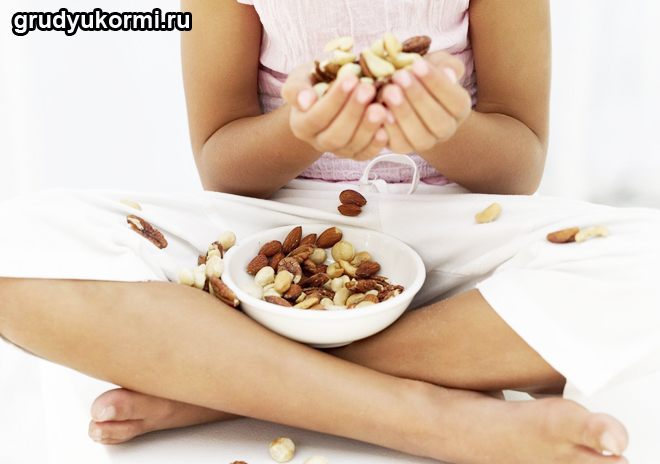 Девушка кушает орехи