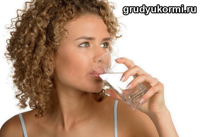Девушка пьет воду из стакана