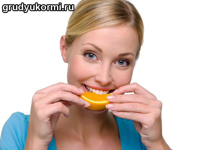 Девушка ест апельсин