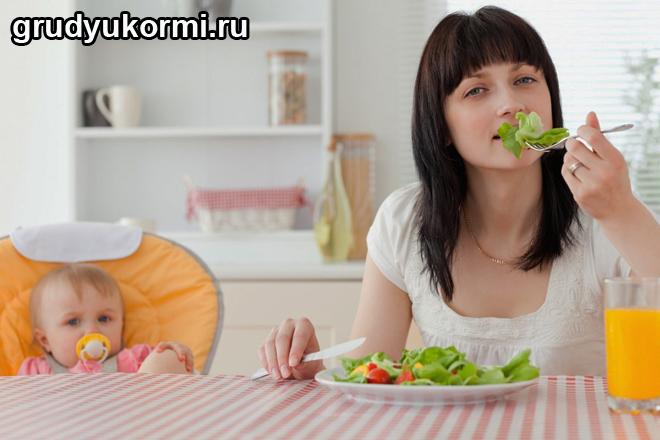 Мама и ребенок грудничок кушают за столом