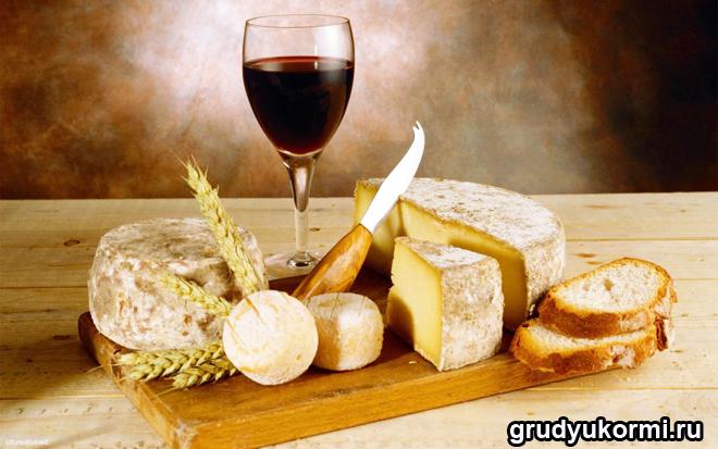 Фужер вина, хлеб и сыр
