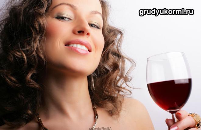 Женщина держит фужер с красным вином