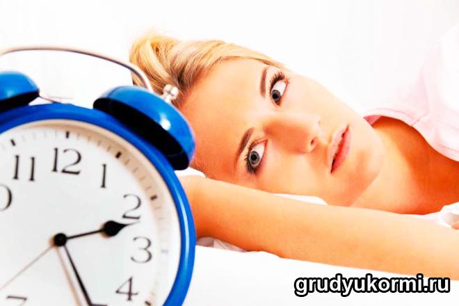 Девушка смотрит на циферблат часов