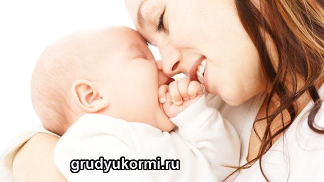 Мама прижимает ребенка к себе