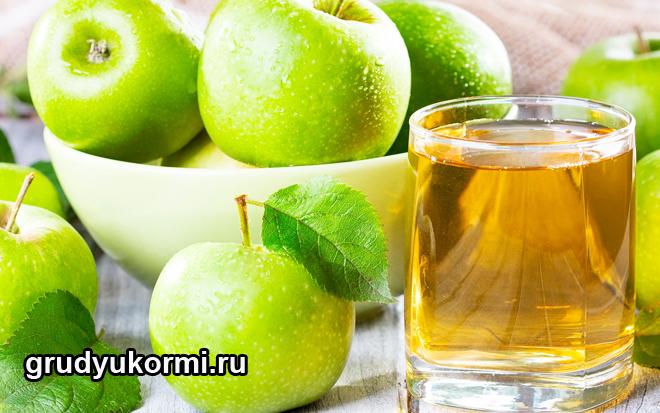 Стакан яблочного сока и зеленые яблоки