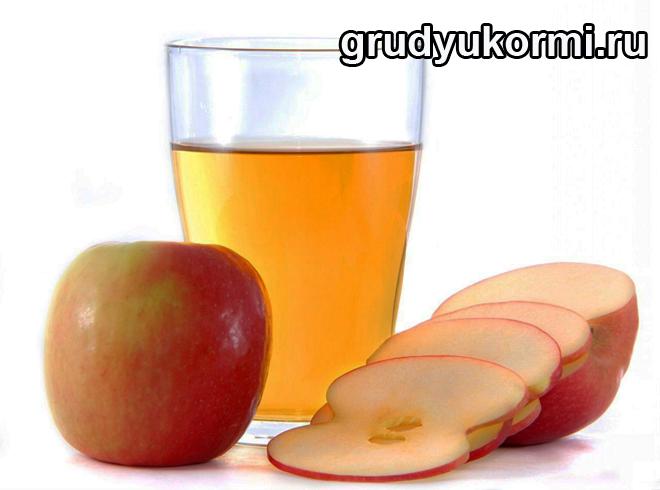 Стакан яблочного сока и порезанные яблоки