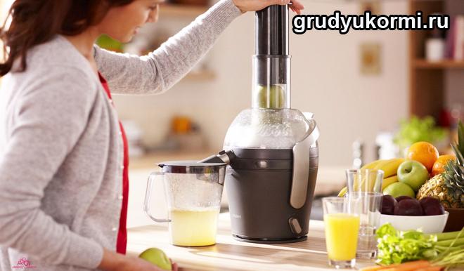 Женщина делает сок с помощью миксера
