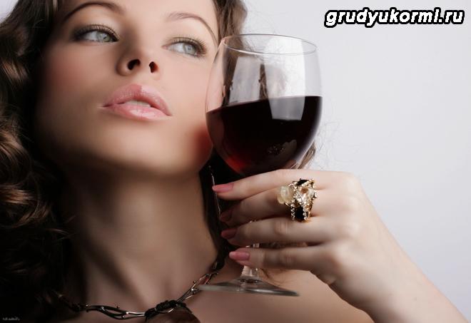 Ерасивая женщина держит бокал красного вина