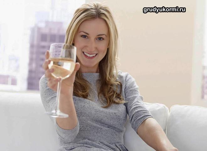 Девушка пьет белое вино