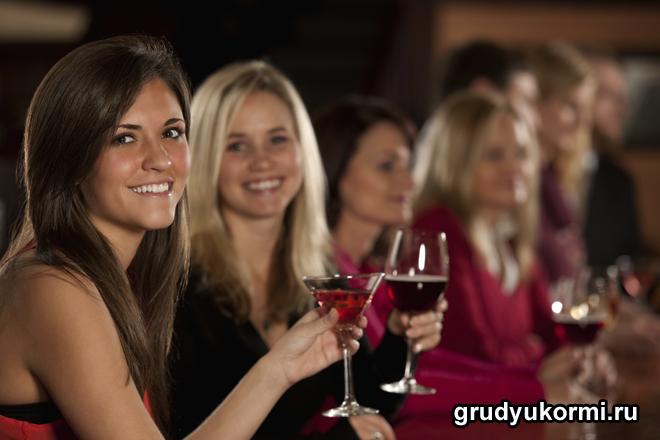 Улыбающиеся девушки проводят вечер с алкоголем