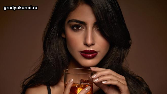 Красивая девушка пьет вино
