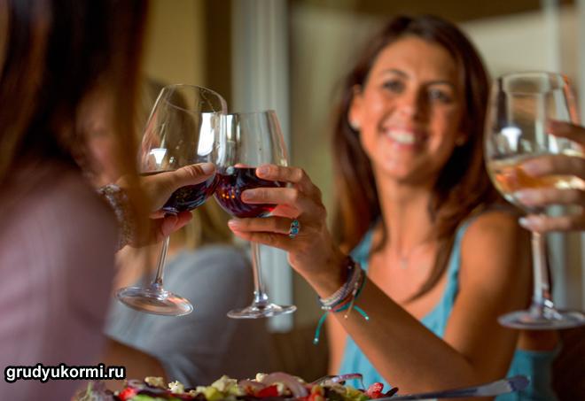 Девушки пьют вино на празднике