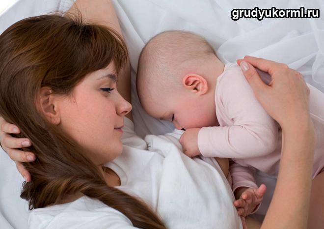 Мама и грудной ребенок спят вместе