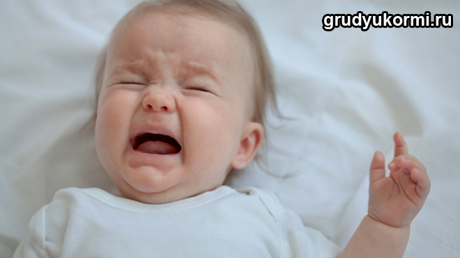 Маленькая девочка громко плачет