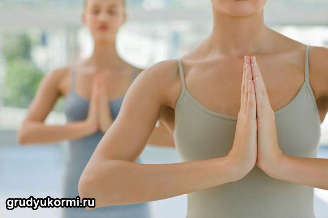 Молодые мамочки выполняют комплекс упражнений