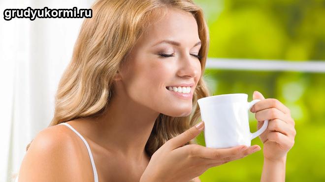 Девушка пьет целебный чай