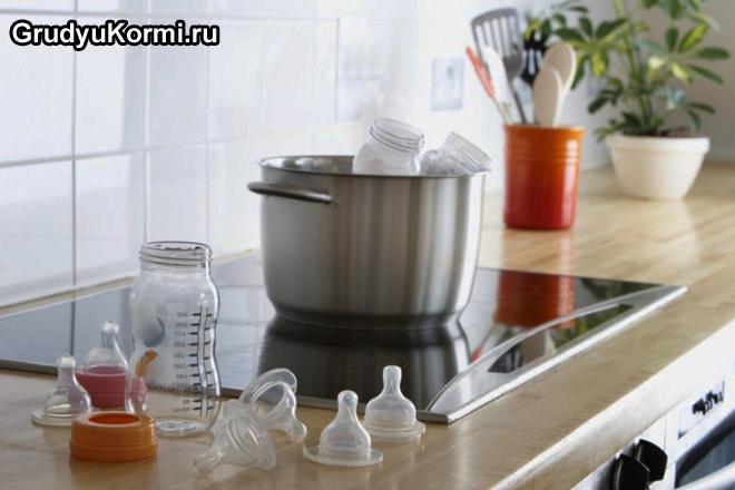Молоко разогревают в кастрюле