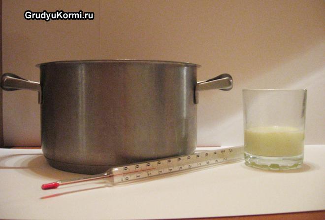 Кастрюля, градусник, молоко в стакане