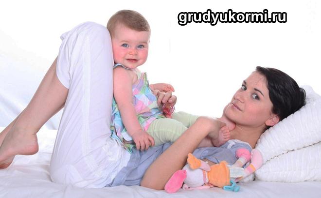 Мама лежит, ребенок сидит на ее животе