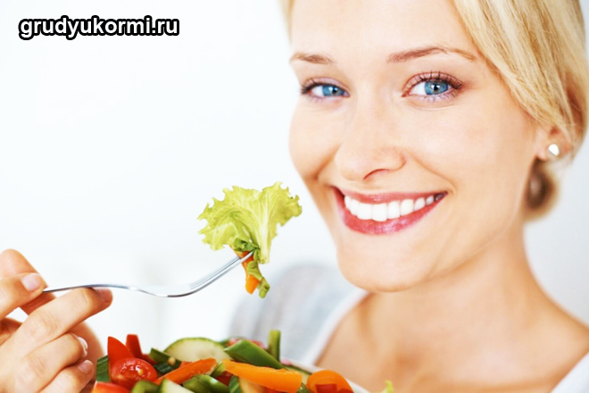Девушка ест вилкой овощной салат