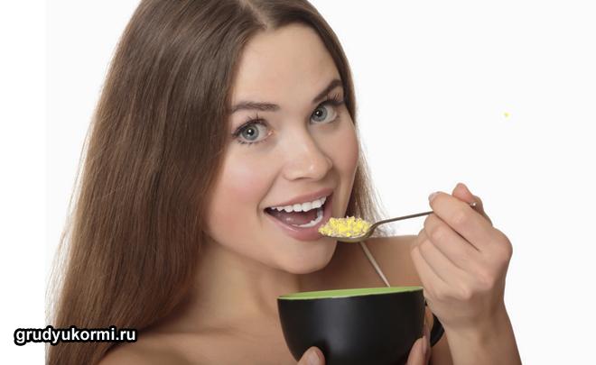 Девушка кушает кашу