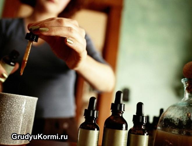 Девушка добавляет камфорное масло в рецепт