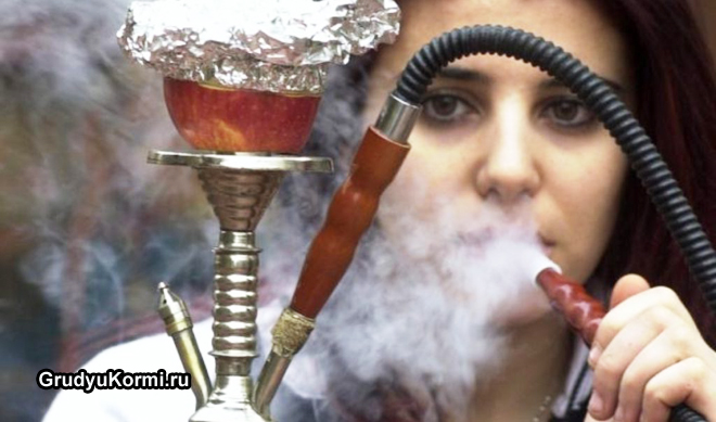 Молодая девушка курит кальян