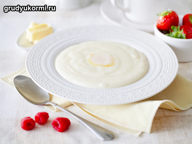 Манная каша в тарелке
