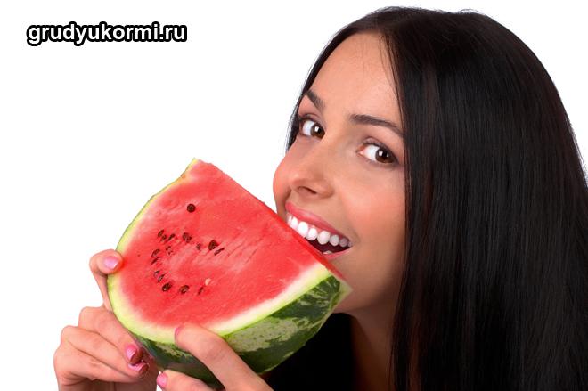 Девушка ест арбуз