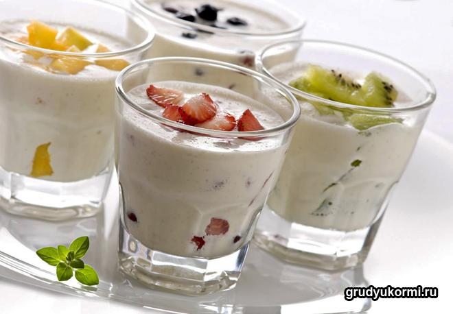 Йогурт в стаканах с ягодами