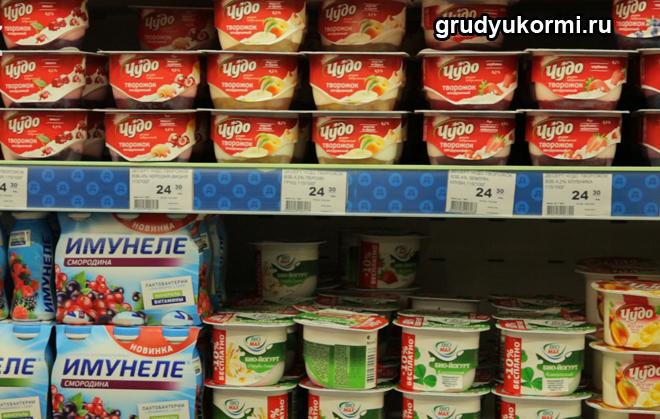 Витрина в магазине с йогуртами