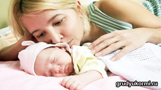 Мама и спящий малыш