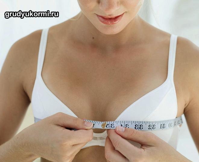 Девушка измеряет грудь сантиметром