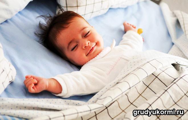 Спящий счастливый малыш