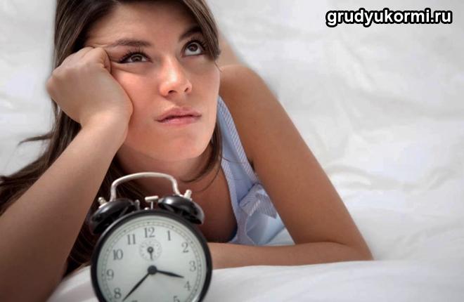 Девушка ждет, рядом будильник