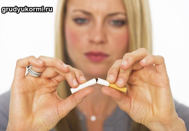 Девушка ломает сигарету пополам